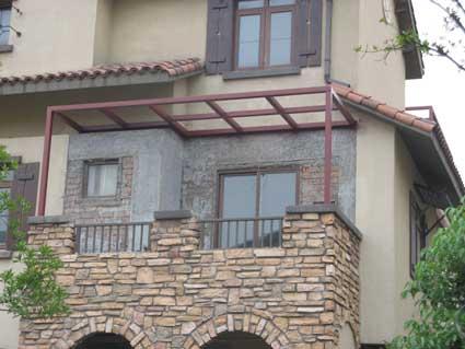 二楼北露台阳光房未施工前 二楼北露台阳光房顶部框架初步施工   二