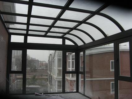 北面露台钢结构阳光房室内图(内部用的断桥窗颜色接近咖啡色)